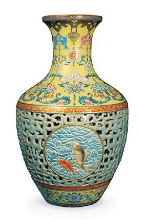 Unsuspecting family sells their dusty antique vase at - Vase argente maison du monde ...